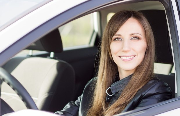 Junge Autofahrerin Elektroauto Girl Mädchen Frau