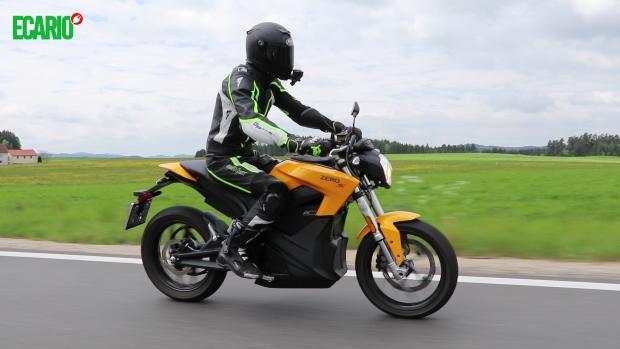 lifeon2wheels auf der zero motorcycles s fahrend