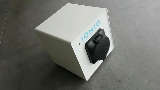 Hyundai IONIQ mit Box Wallbox Ladestation Steckdose Ladedose Enomics Ladetechnik im Leasing weiß schraeg oben-2