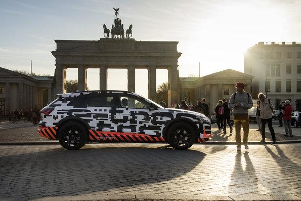 Audi e-tron berlin brandenburger tor getarnt erlkönig