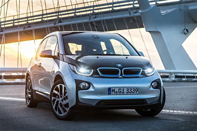 BMW i3 in Silber von schräg vorne, Lichter eingeschaltet