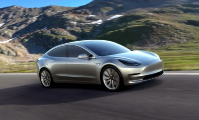 Silvernes Tesla Model 3 auf kurviger Bergstraße