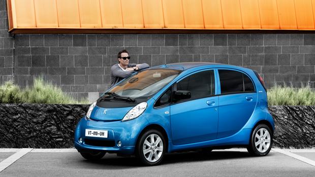 Peugeot-iOn-blau_vorne_seite