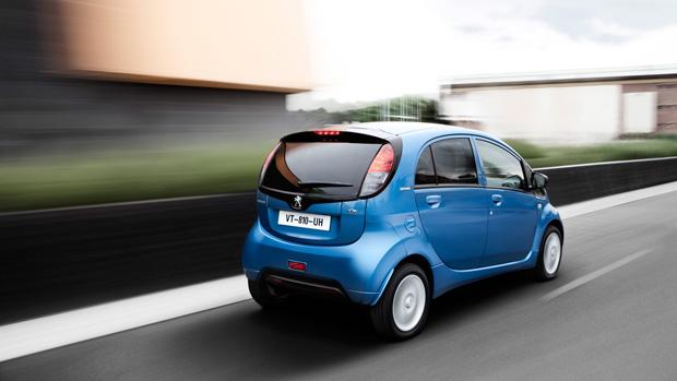 Peugeot-iOn_blau_hinten_seite