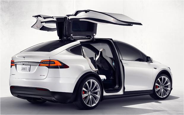 Tesla Model X weiß hinten offen