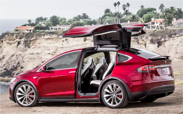 Tesla Model X seitlich rot offen