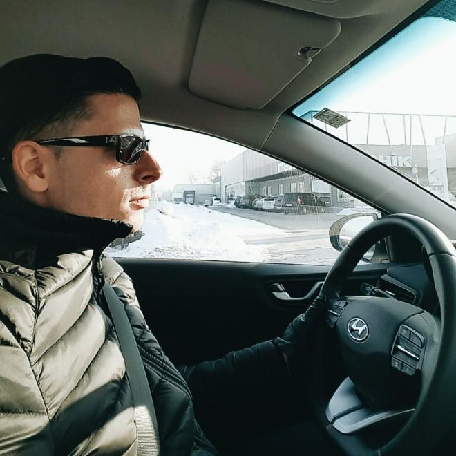 Hyundai-IONIQ-Electric-Testfahrt-testdrive-man-driving