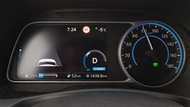 Nissan Leaf 2 Cockpit anzeige armatur ladebalken geschwindigkeitsanzeige tacho