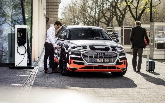 Audi e-tron getarnt erlkönig laden