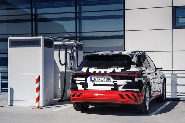 Audi e-tron getarnt erlkönig laden schnelllader hinten