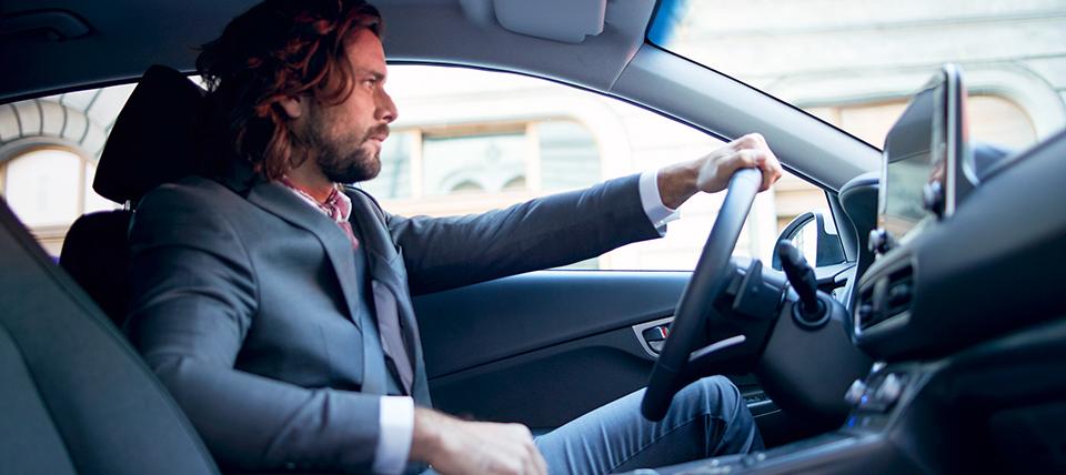 Hyundai Kona Elektro mann hinter steuer