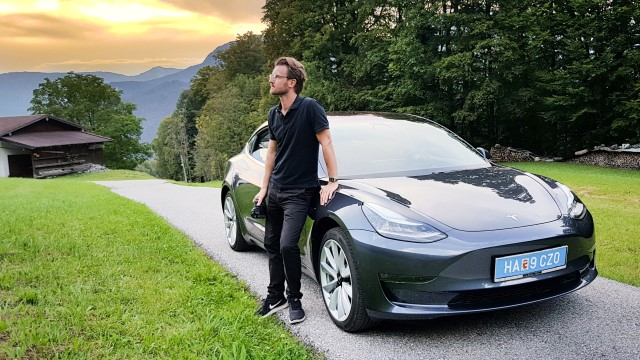 Tesla model 3 in abendsonne anthrazit
