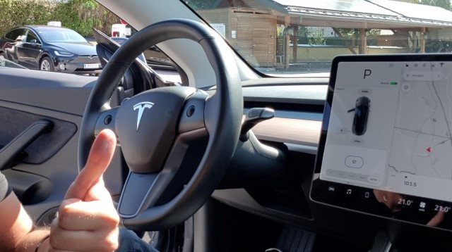 tesla model 3 armaturen innenraum display lenkrad