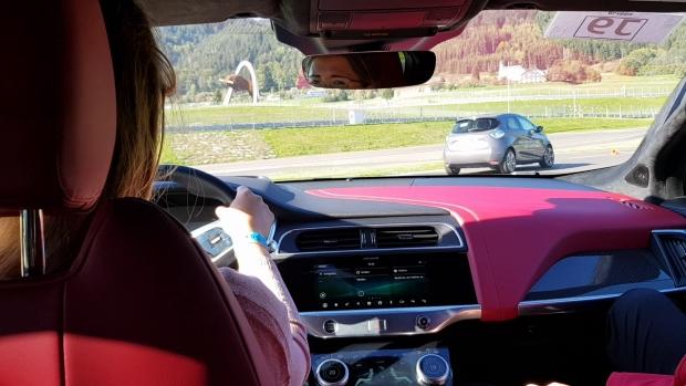 Frau fährt Jaguar I-PACE auf Rennstrecke Red Bull