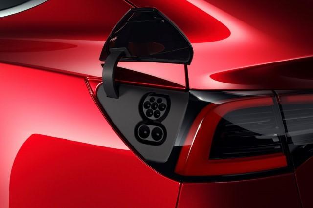 Tesla CCS Anschluss an Model 3 rot