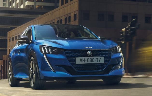 Peugeot e-208 blau in fahrt vorne big
