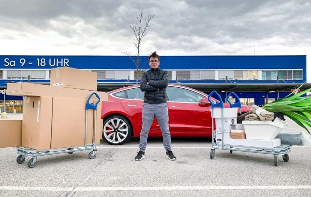 Laderaum des Tesla Model 3 Performance Rot vor IKEA