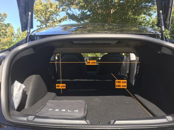 Laderaum des Tesla Model 3 blau kofferraum umgeklappt abmessungen