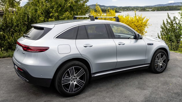 Mercedes-EQC-400-4matic-elektroauto-test-hinten-silber