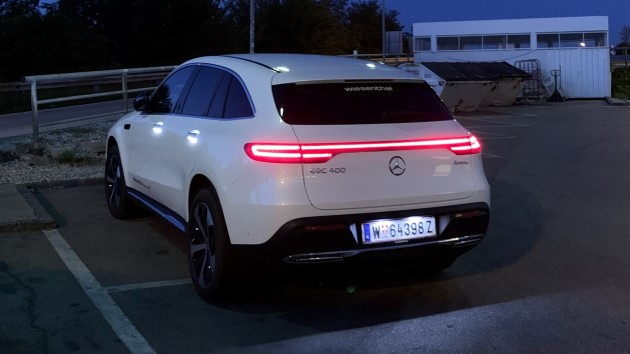 Mercedes EQC 400 4matic elektroauto test hinten weiß