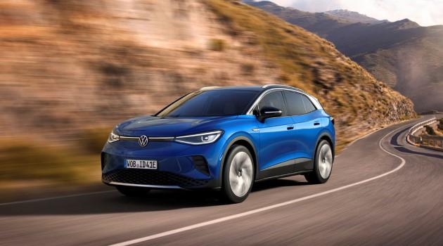 Volkswagen ID.4 blau auf straße fahrend driving