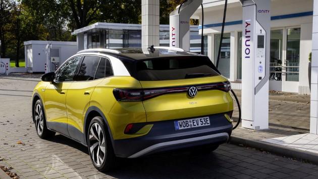 Volkswagen ID.4 schräg hinten heck ladensäule laden
